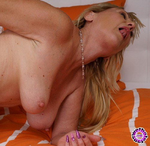 Mature - Ilana Z. 52 - Horny housewife fingering herself (FullHD/1080p/674 MB)