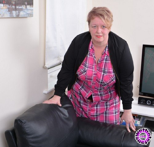 Mature - Lesley (EU) (47) - British mature Bbw showing off her big tits (FullHD/1080p/1.78 GB)
