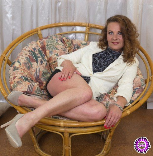 Mature - Ella (42) - Horny housewife fingering herself (FullHD/1080p/1.10 GB)