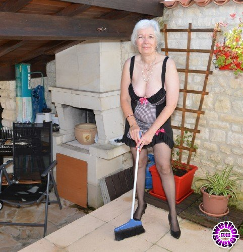 Mature - Caroline EU 64 - British horny granny playing outside (FullHD/1080p/1.90 GB)