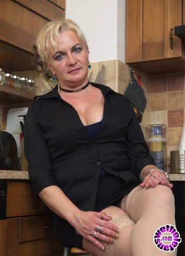 Mature - Milena V. 44 - Horny housewife Milena playing with her dildo (FullHD/1080p/940 MB)
