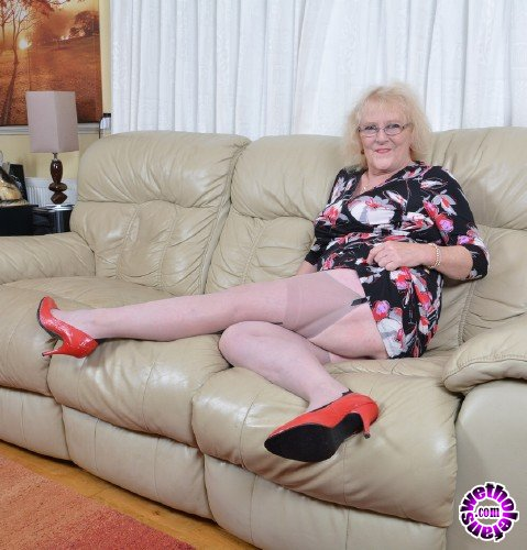 Mature - Claire Knight EU 61 - British housewife fingering herself (FullHD/1080p/1.30 GB)