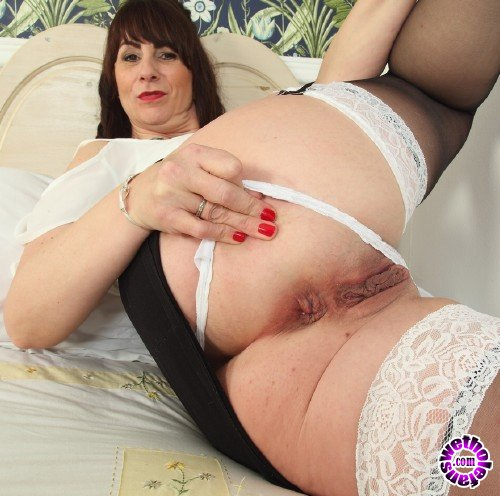 Mature - Toni Lace EU 52 - British hot housewife Toni Lace playing with herself (FullHD/1080p/1.93 GB)