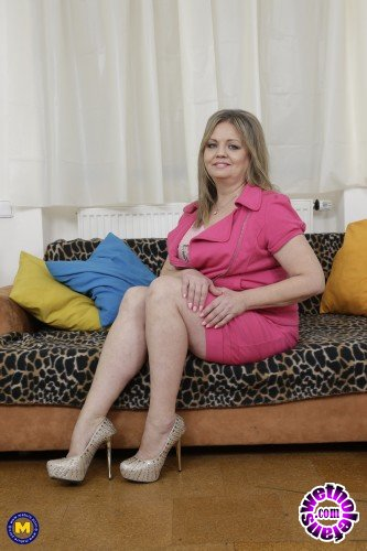 Mature - Bella S. 51 - Curvy housewife Bella fingering herself (FullHD/1080p/1.04 GB)