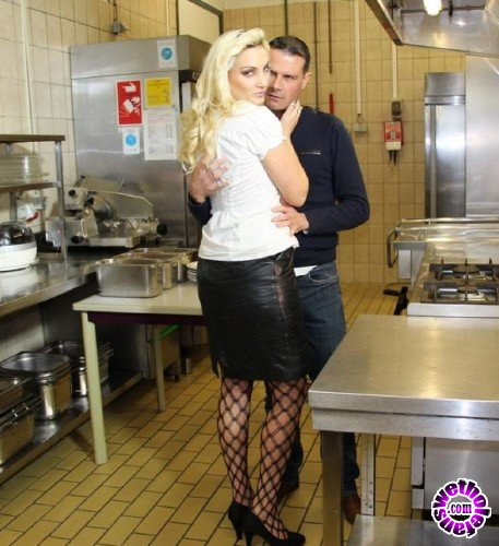 MariskaX - Dries Breyne, Amateur Pornstar - Fucking in the Kitchen with Belgian Julie (FullHD/1080p/1.86 GB)