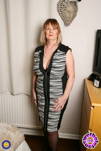 Mature - Lady Jane EU 64 - British curvy Mature Lady Jane playing with herself (FullHD/1080p/1.59 GB)