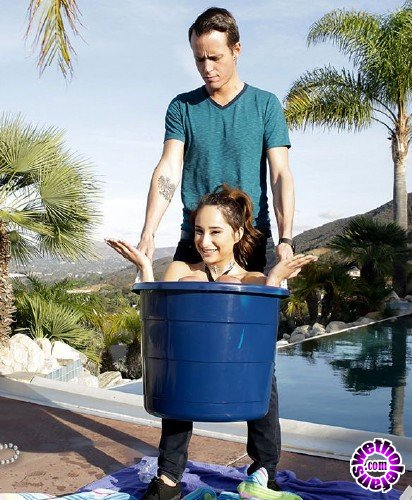 Exxxtrasmall/TeamSkeet - Isabella Nice - Tiny Teen Fucks In A Bucket (HD/1.6GB)