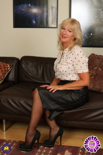 Mature - Emily Jane EU 62 - British housewife Emily Jane fingering herself (FullHD/1080p/1.37 GB)
