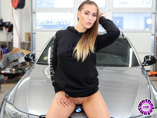 TMWVRNet/TeenMegaWorld - Naomi Bennet - Hot Babe Gets Naked and Horny in a Car Service (FullHD/1080p/615 MB)