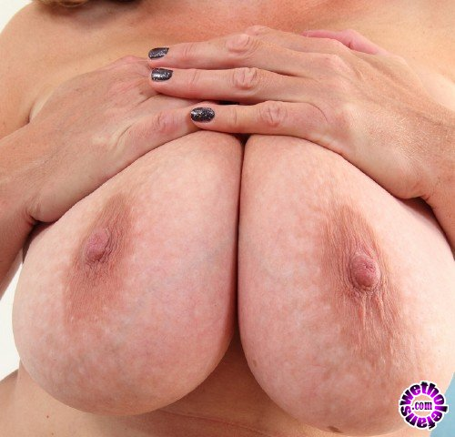 Mature - Camilla C. EU 45 - British big breasted Camilla playing with herself (FullHD/1080p/1.73 GB)