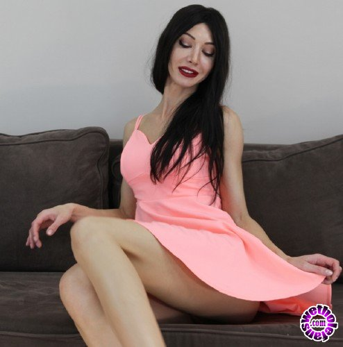 Hotkinkyjo - Hotkinkyjo - Pink dress and fisting on the couch (HD/720p/250 MB)