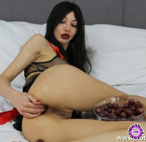 Hotkinkyjo - Hotkinkyjo - Hotkinkyjo and ass full of grapes (HD/720p/291 MB)