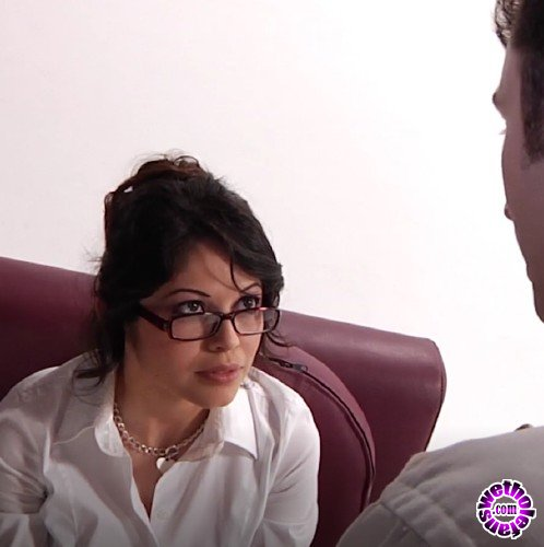 PinkoClub - Evie Delatosso - Sexy secretary fucks with her head on the couch (FullHD/1080p/946 MB)
