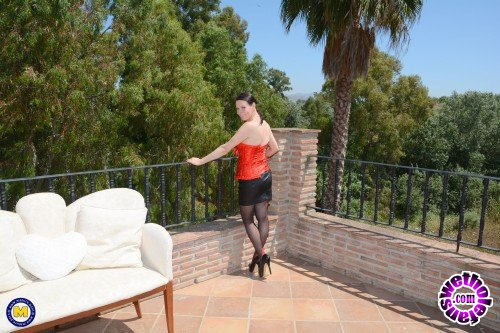 Mature - Annabelle More EU 40 - Horny temptress Annabelle More playing outside in the sun (FullHD/1080p/1.97 GB)