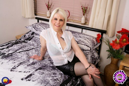Mature - Skyler Settee EU 43 - British temptress wants to play with her toys (FullHD/1080p/1.90 GB)