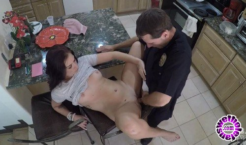 ScrewTheCops/Bang - Naomi Mae - Naomi Mae Fucks The Cop That Responds To Her 911call! (FullHD/1080p/535 MB)