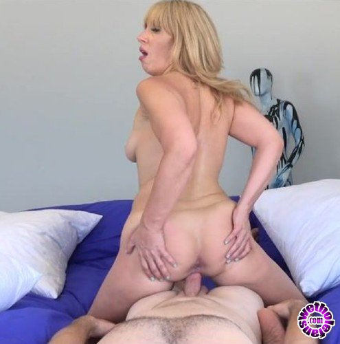 MILFTrip - Stevie Lix - Lipstick Milf Met At The Beach Is A Total Cock Junkie (FullHD/1080p/1.96 GB)
