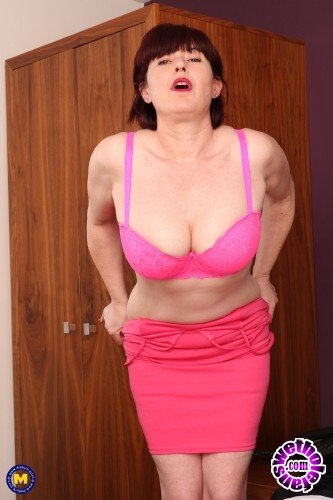Mature - Janey EU 42 - Naughty cougar making her hairy pussy wet with her vibrator (FullHD/1080p/1.81 GB)