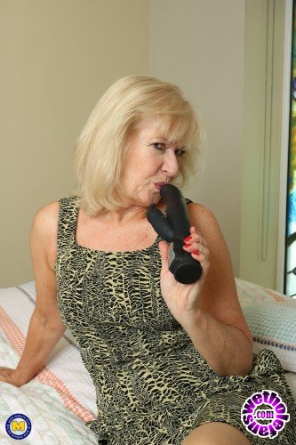 Mature - Emily Jane (EU) (63) - Gracefull mature Emily Jane is lying in bed thinking of one thing... a thumping vibrator in her wet pussy (FullHD/1080p/1.80 GB)