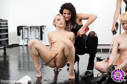 ElectroSluts/Kink - Bobbi Starr, Maitresse Madeline, Ash Hollywood, Alani Pi - Bobbi Starr, Maitresse Madeline Break Down Two Blonde Sluts LIVE in the Brand New Electrosluts Set! (HD/720p/3.64 GB)